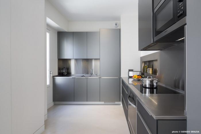 Appartement contemporain à Saint Germain des Prés : Cuisine verre et inox