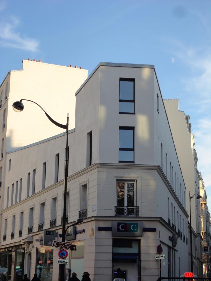 Restructuration et surélévation d'un immeuble de logements, Paris XXe : vue frontale site.jpg