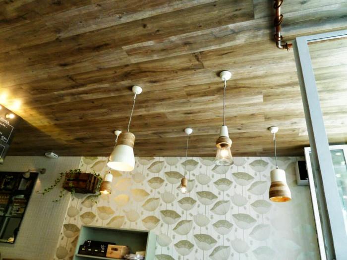 Restaurant : plafond bois